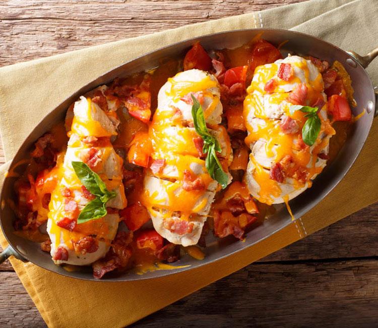 Pechugas de pollo con bacon, tomate y cheddar