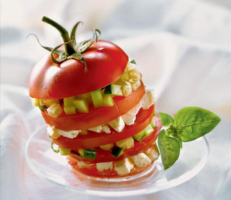 Tomate relleno de mozzarella y pepino