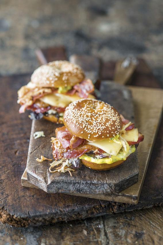 bagel-bacon-queso-huevo-revuelto-cebolla-crujiente