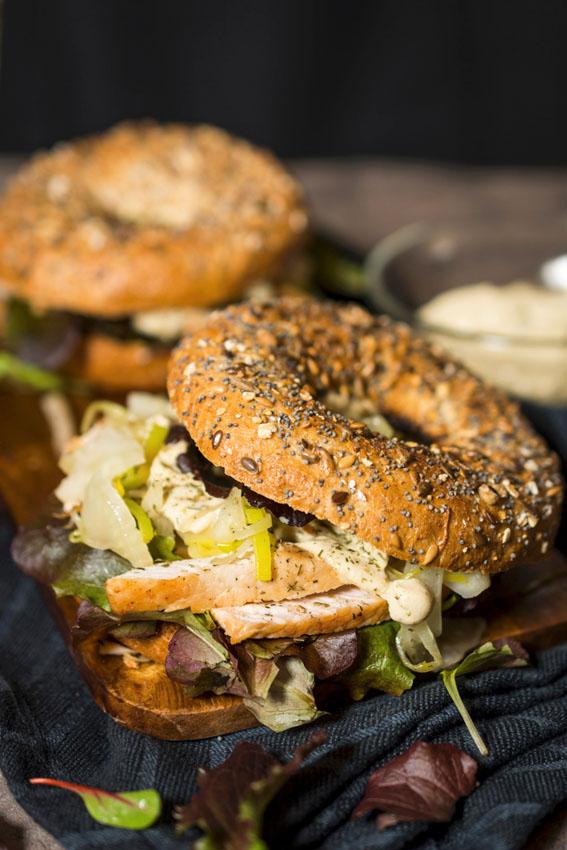 bagel-pollo-lechuga-cebolla-mayonesa