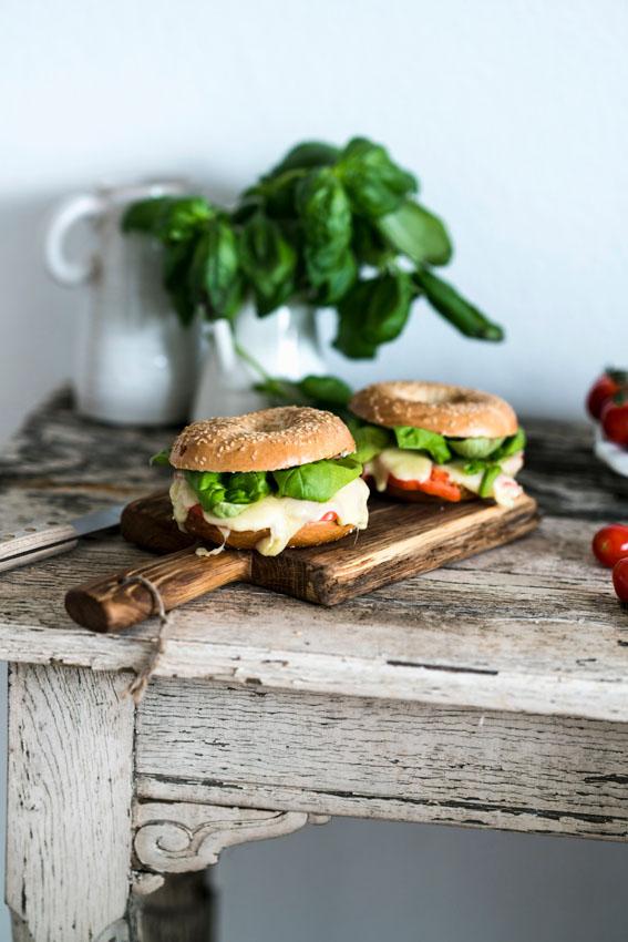 bagel-tomate-mozzarella-albahaca