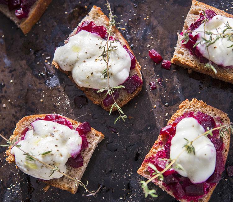 tosta-de-remolacha-con-mousse-de-queso