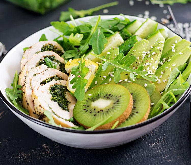 Ensalada de kiwi y aguacate con pollo relleno de espinacas
