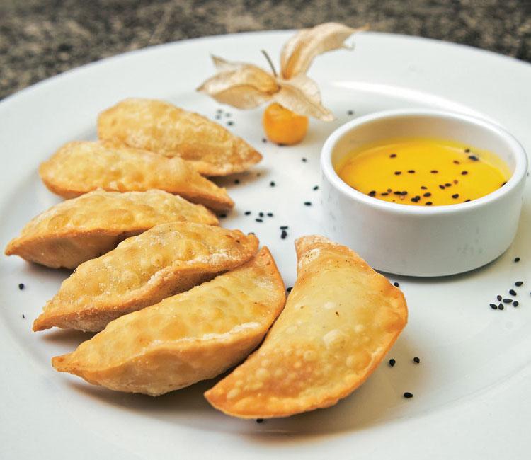 Empanadillas de pollo y piña con mahonesa de alquequenje