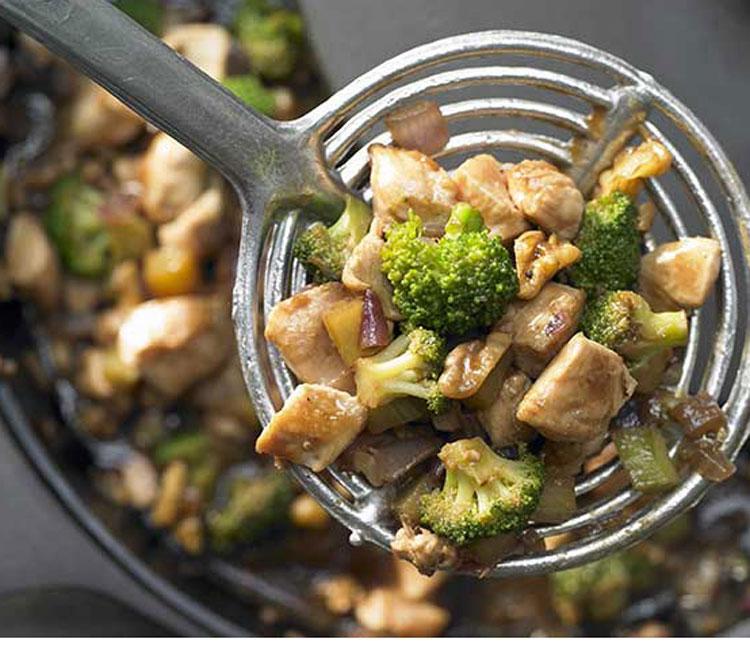 Wok de pollo con brócoli, nueces y salsa de soja