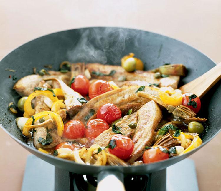 Wok de alcachofas y pollo con olivas y pimientos amarillos