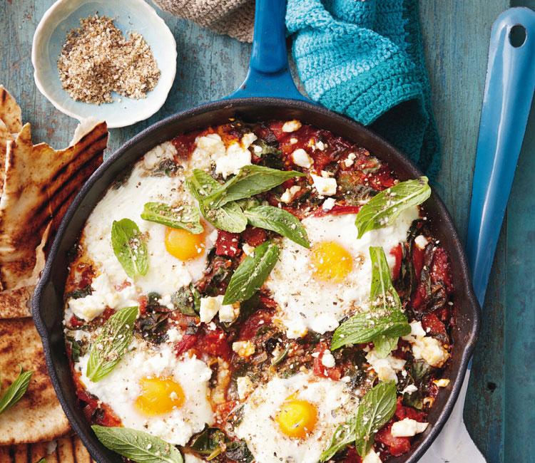 Huevos con acelgas, tomate y dukkah