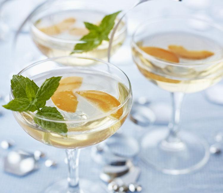 Gin fizz con melocotón y menta