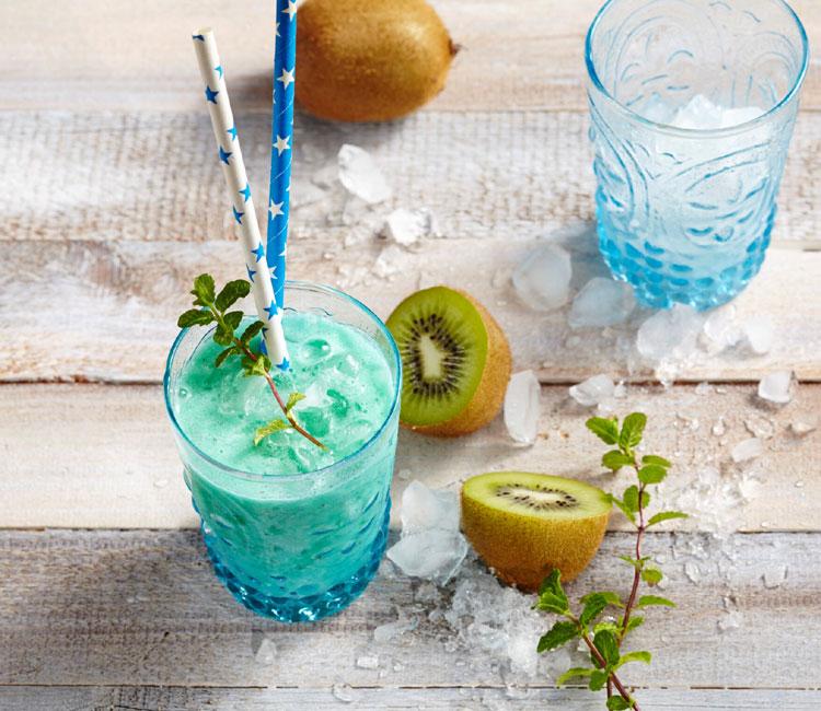 Mocktail de coco, piña, kiwi y curaçao