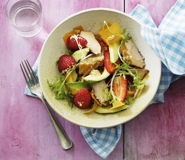 Ensalada de fresas, aguacate y pollo