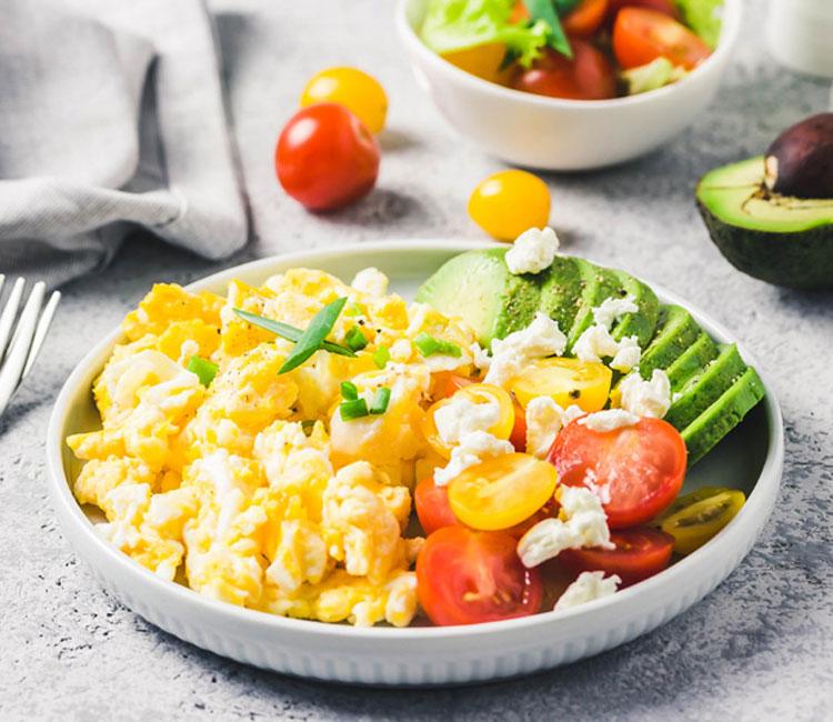 Huevos revueltos con aguacate, tomatitos y queso feta