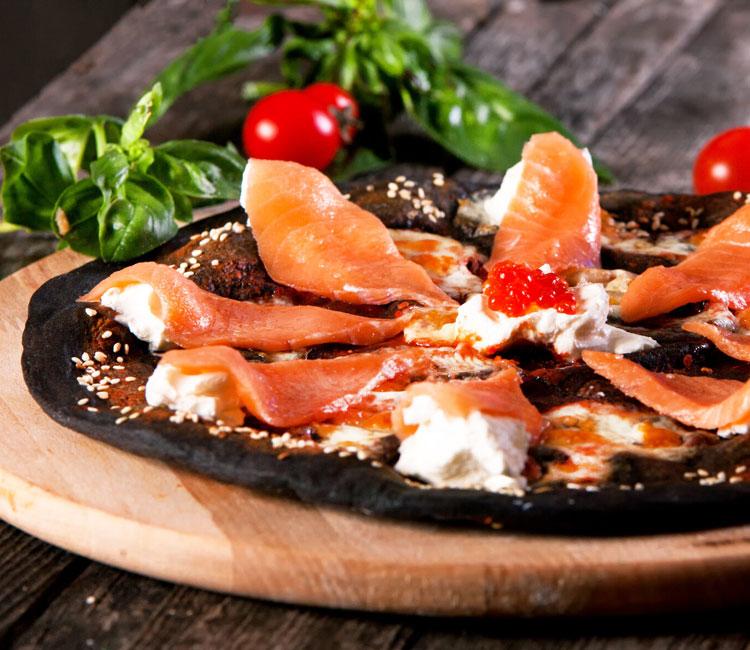 Pizza negra con salmón ahumado y queso crema