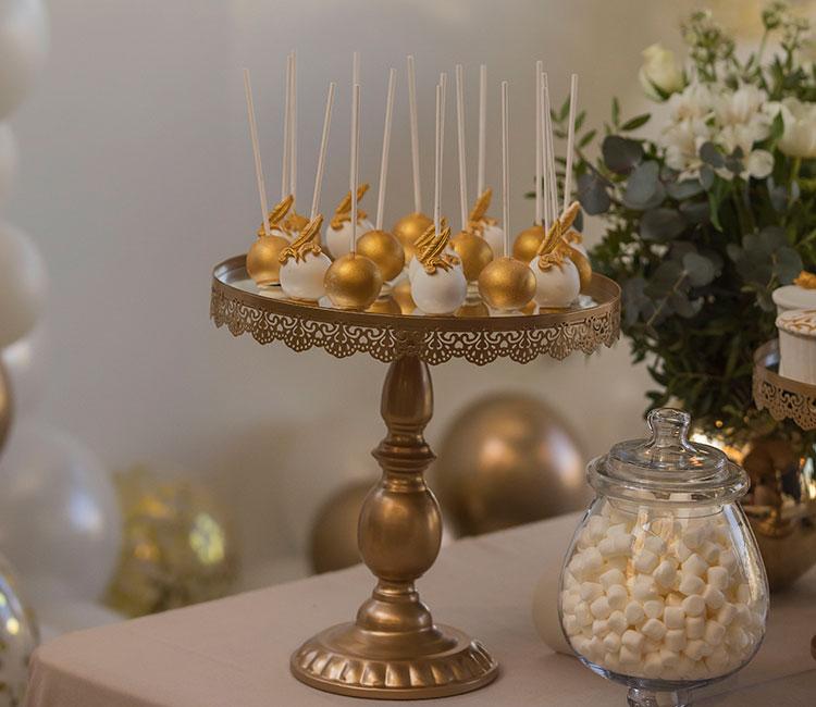 Mini-esferas-de-chocolate-blanco-y-oro-rellenas-de-mousse-de-vainilla