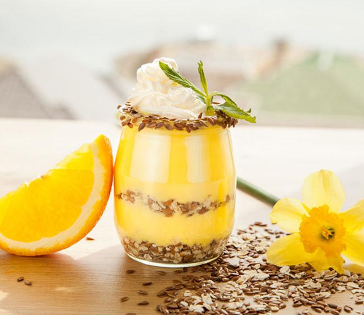 Natillas de avena y naranja con granola y semillas de lino