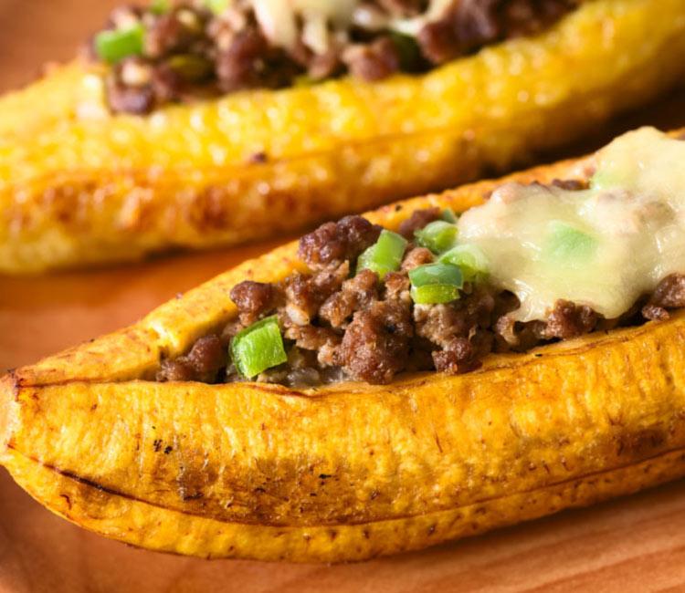 Canoas de plátano rellenas y gratinadas con queso