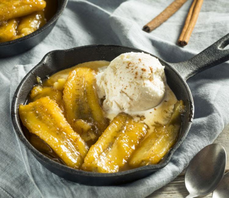 Plátano a la mantequilla con helado de vainilla