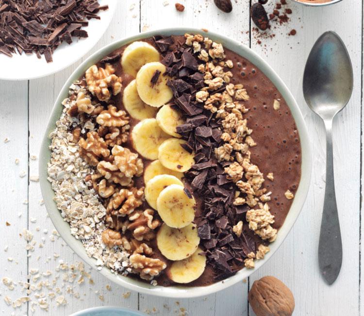 Smoothie bowl de cacao, plátano y nueces