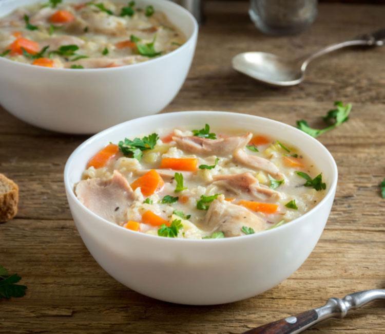 Sopa de arroz vaporizado con pollo y zanahoria