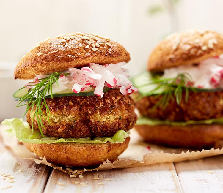 hamburguesa-de-falafel-con-vegetales-y-salsa-de-yogur