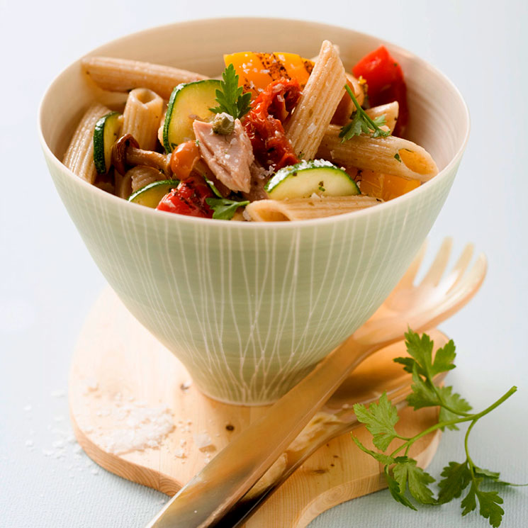 Ensalada de pasta integral con setas, atún y parmesano