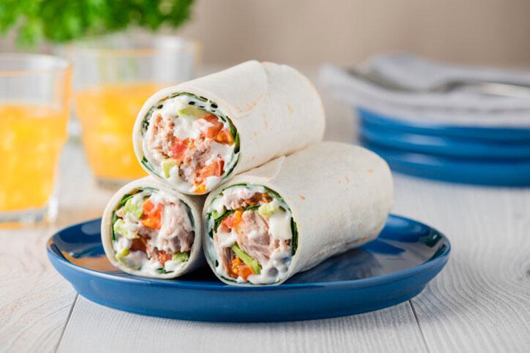 Wraps de atún, aguacate y tomate