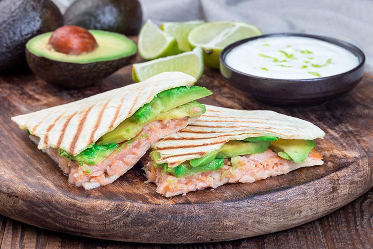 Quesadillas de salmón y aguacate con aderezo de yogur y lima