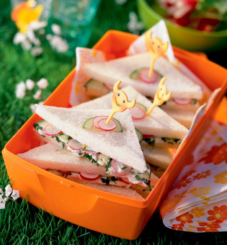 Sándwiches rellenos de ensaladilla de yogur