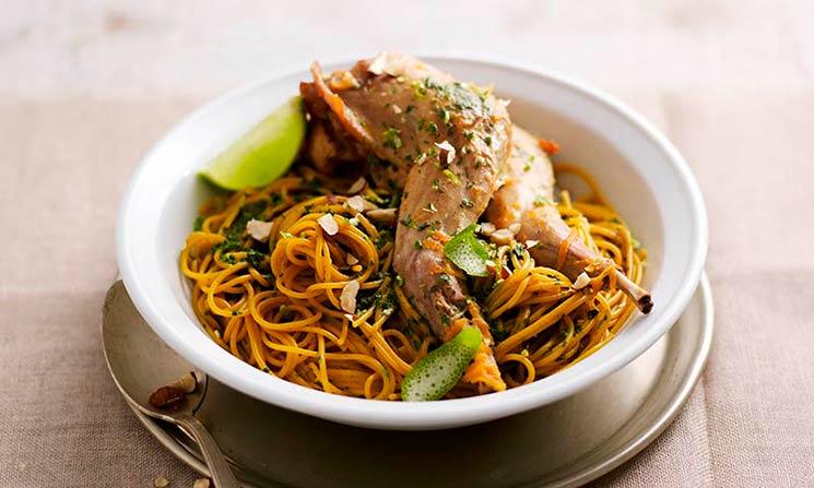 Espaguetis con conejo, lima y salvia
