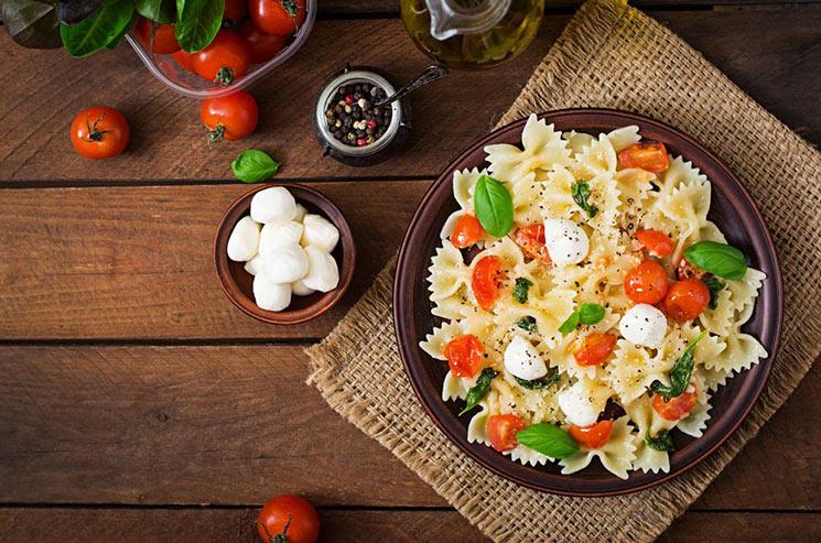 Ensalada Caprese de pasta con albahaca en 2 texturas