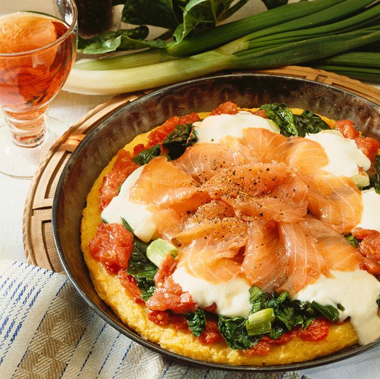 Pizza con masa de patata con salmón ahumado, espinacas y mozarela