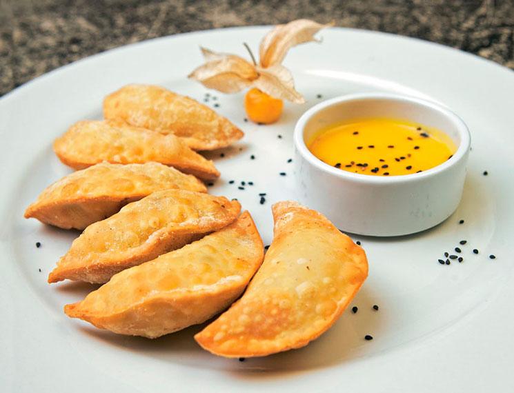 Empanadillas de pollo y piña con mayonesa de alquequenje