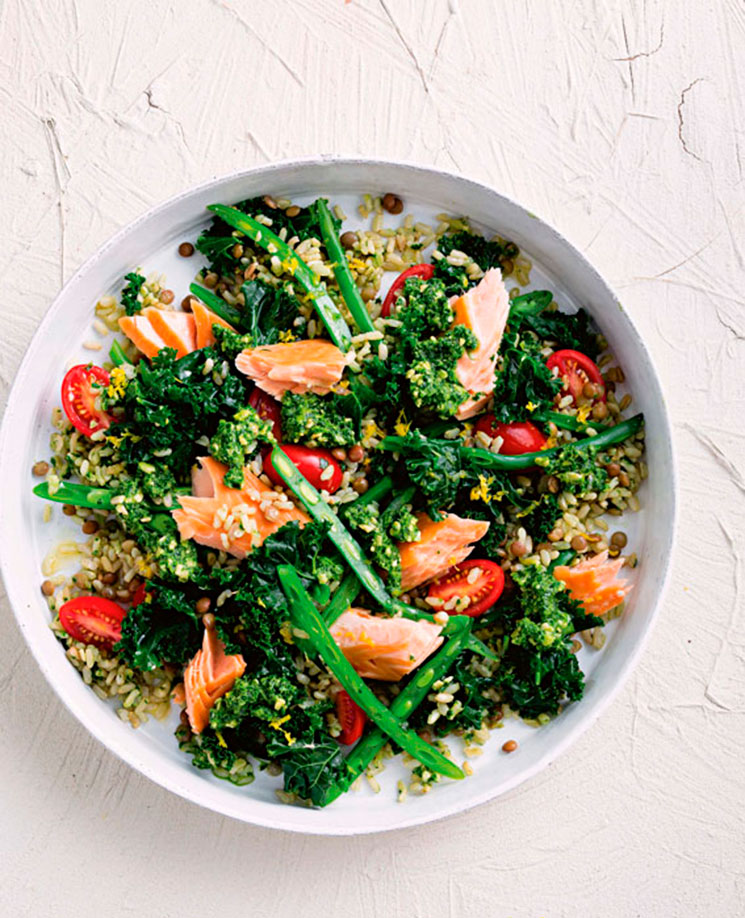Ensalada de arroz, lentejas y salmón con pesto de kale