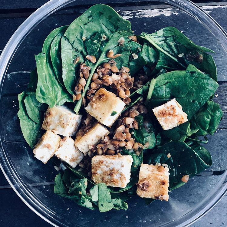 Ensalada de espinacas, tofu y lentejas