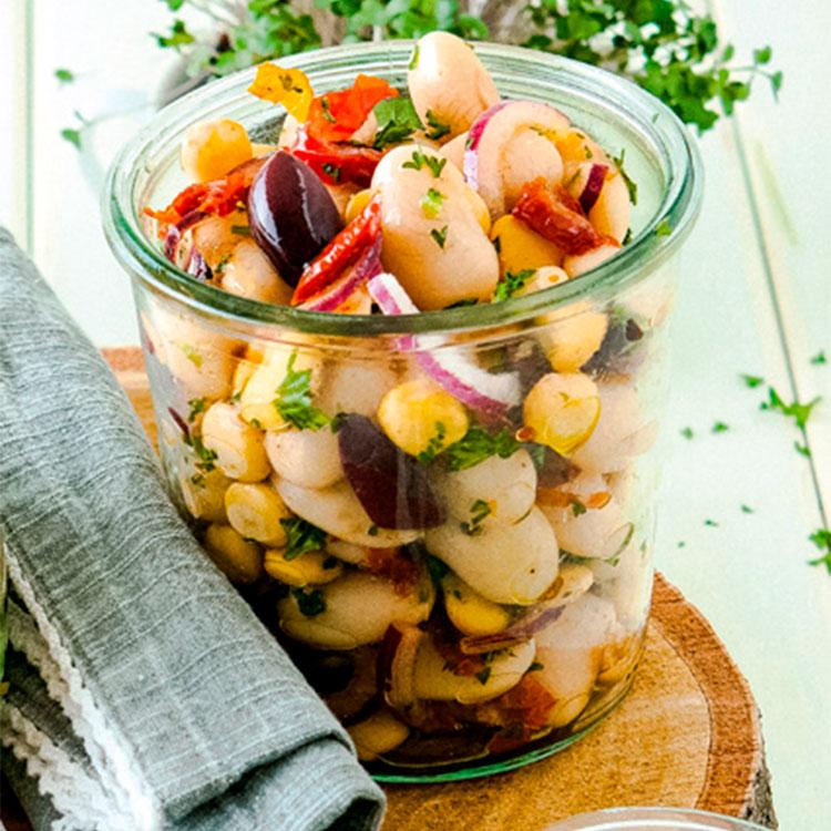 Ensalada de judiones con maíz, tomate y aceitunas