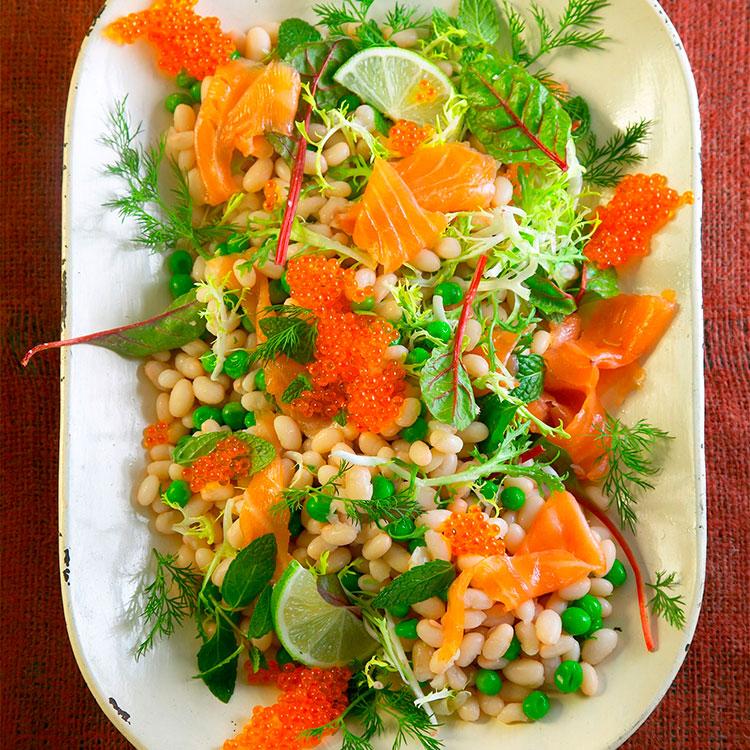 Ensalada de alubias con salmón ahumado y huevas de salmón