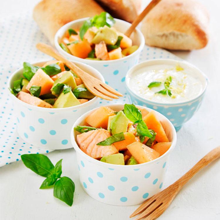 Ensalada de salmón fresco con aguacate y melón