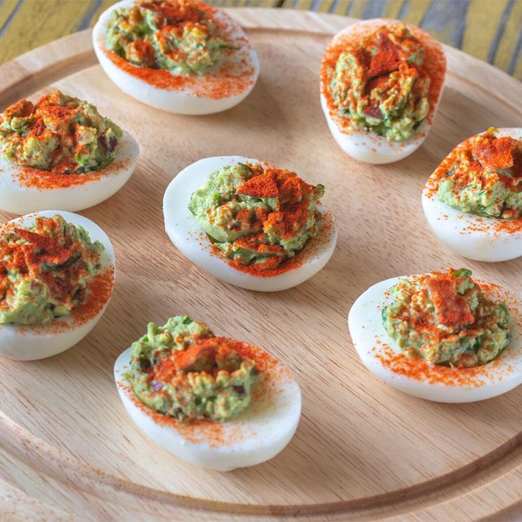 Huevos rellenos de guacamole y beicon