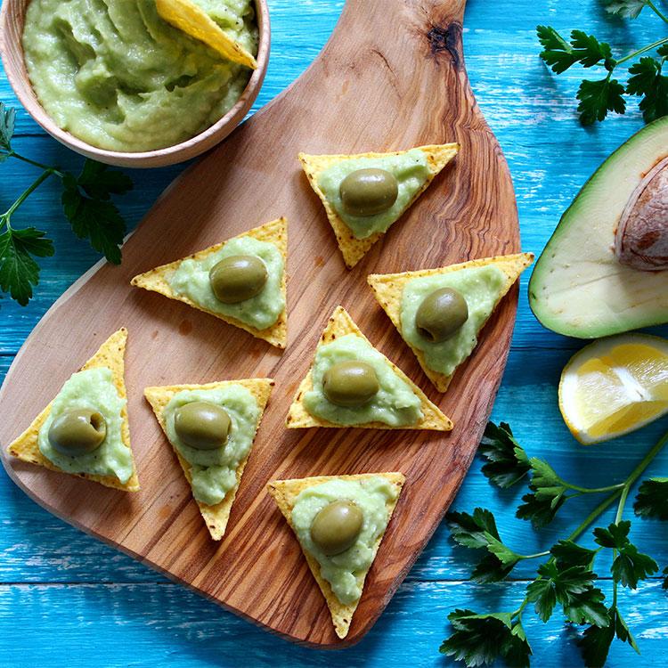 Nachos con mousse de guacamole y queso