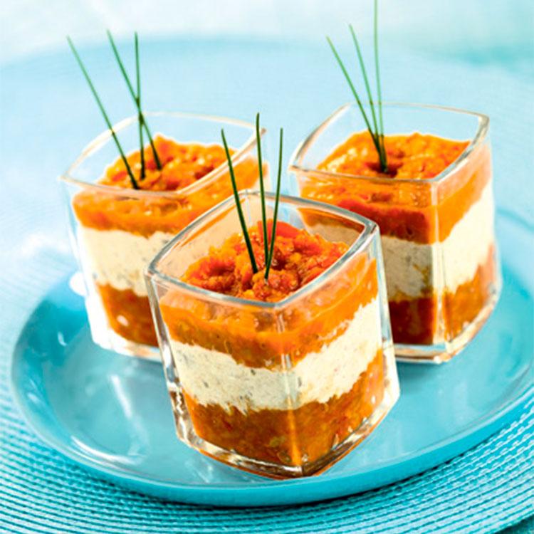Mousse de queso y sardinas en aceite con puré de tomate