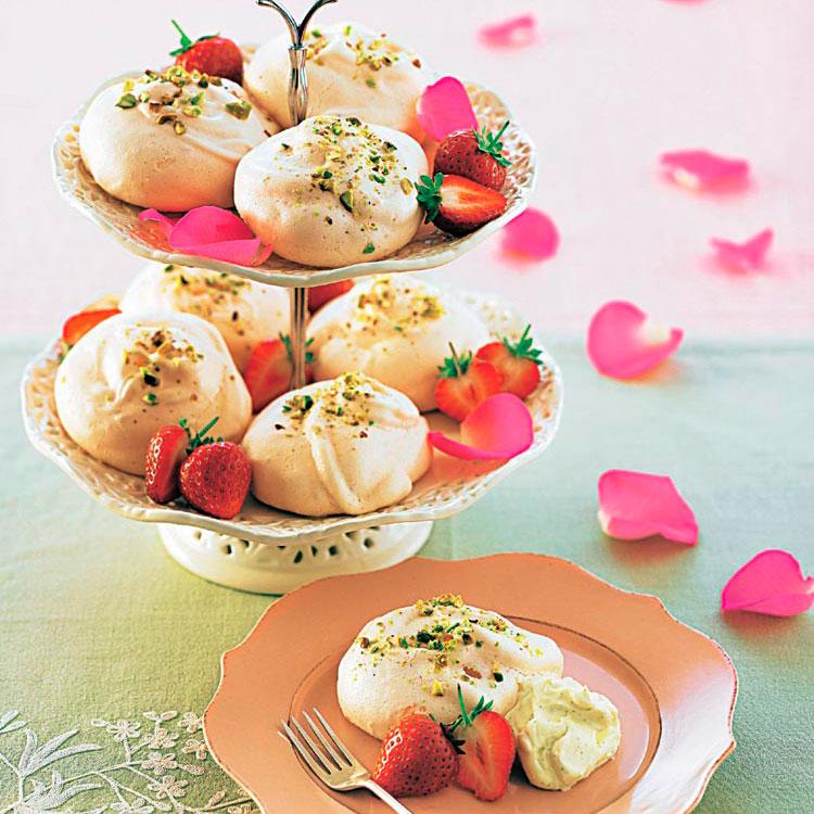 Merengues de pistacho y fresitas con crema de vainilla