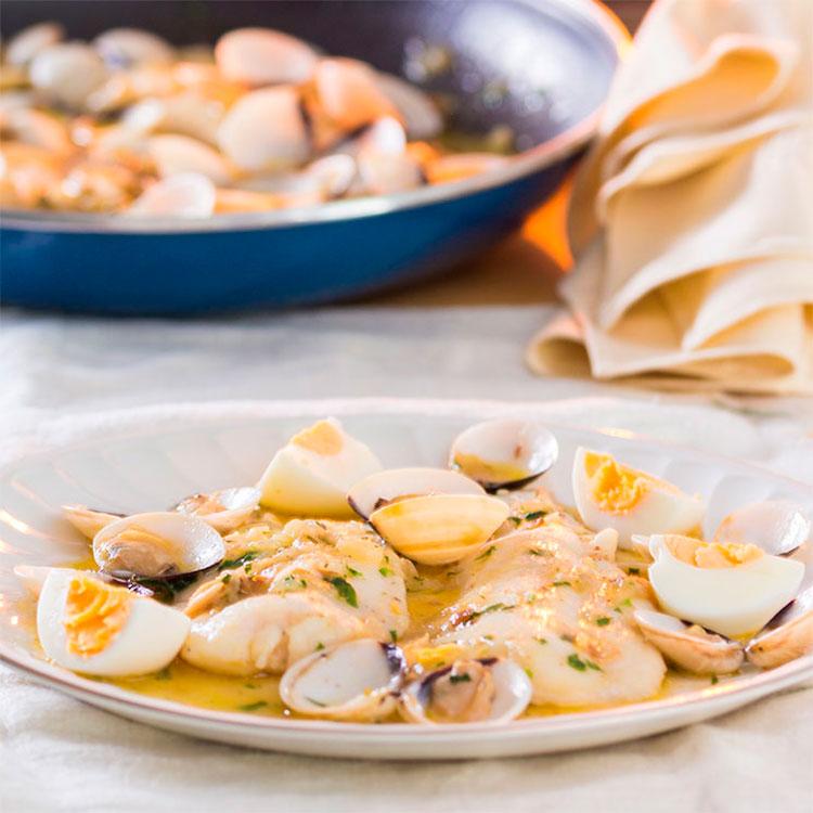 Merluza a la sidra con almejas y huevo duro