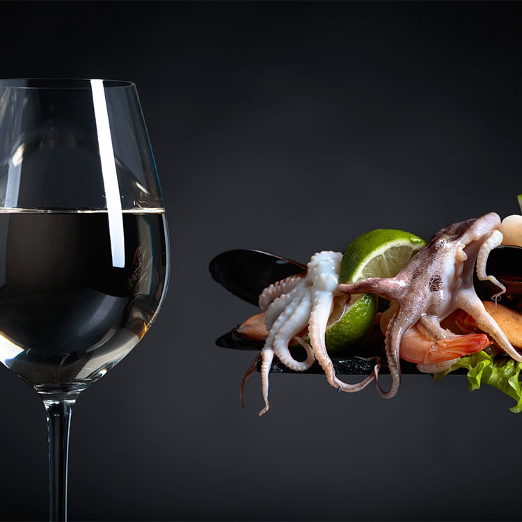 Copa de vino y marisco