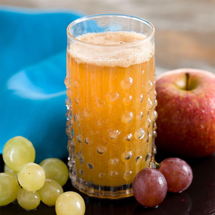 Zumo de uvas, manzana y hierbabuena