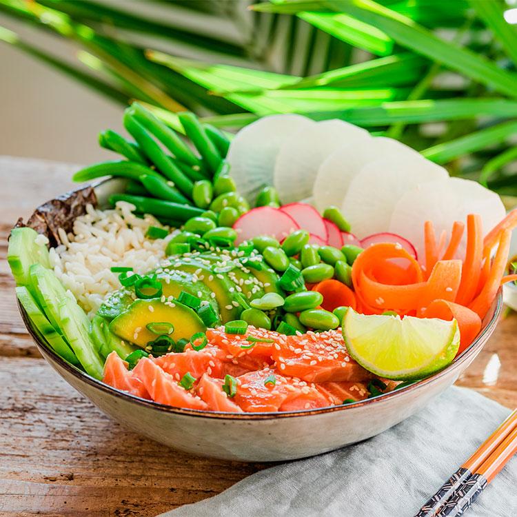 Poké de edamame, salmón y verduras