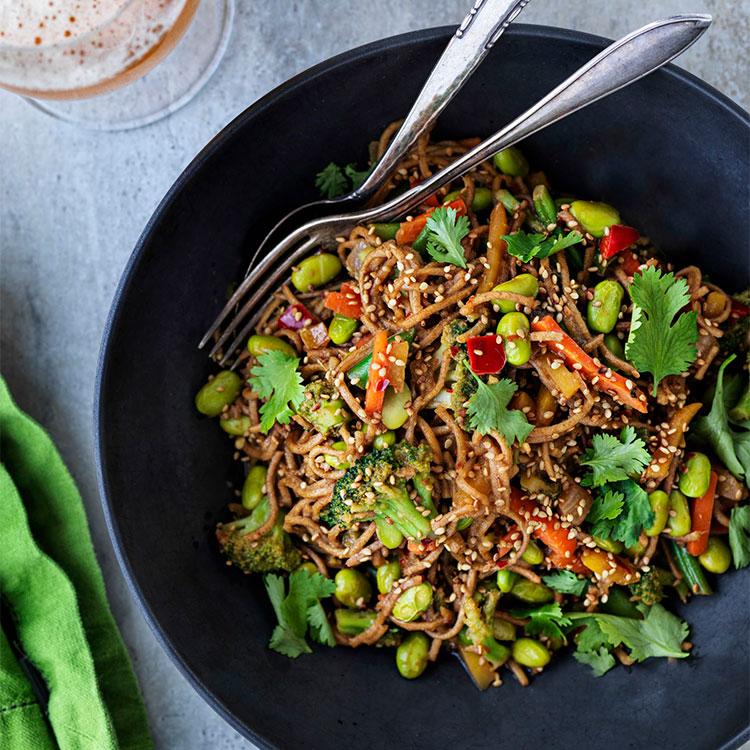 Noodles con verduras y edamame
