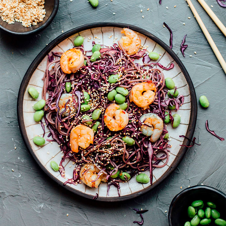 Noodles y col morada con langostinos y edamame