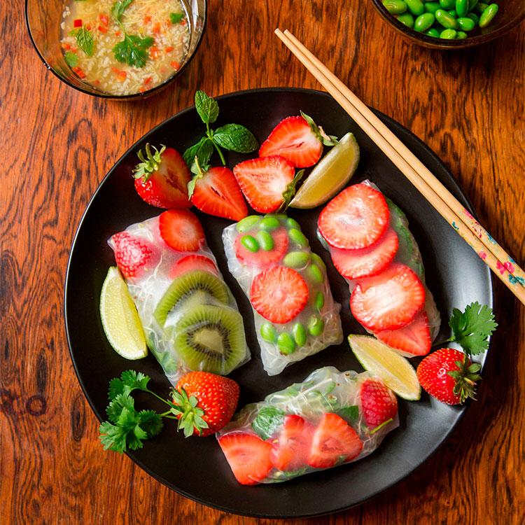 Rollitos vietnamitas de fideos chinos y frutas