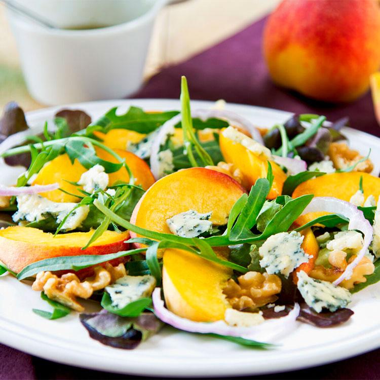 Ensalada de melocotón con rúcula, queso azul y nueces
