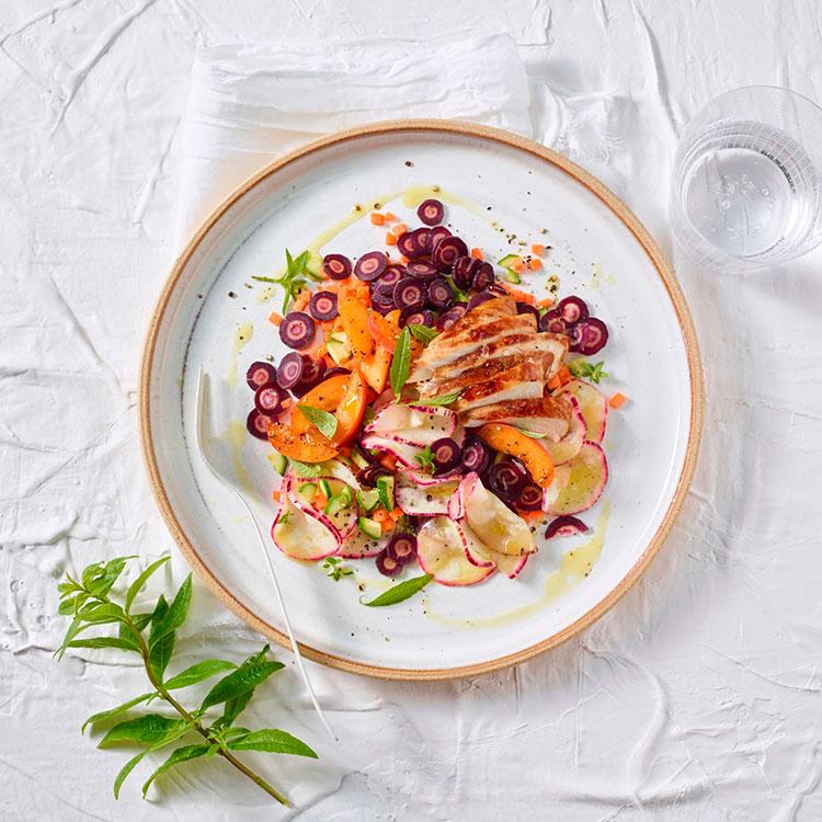 Ensalada de zanahoria morada, melocotón y pollo