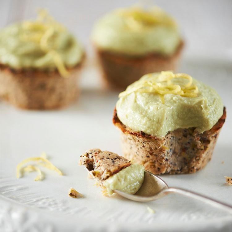 Pastelitos de semillas de amapola con espuma de limón